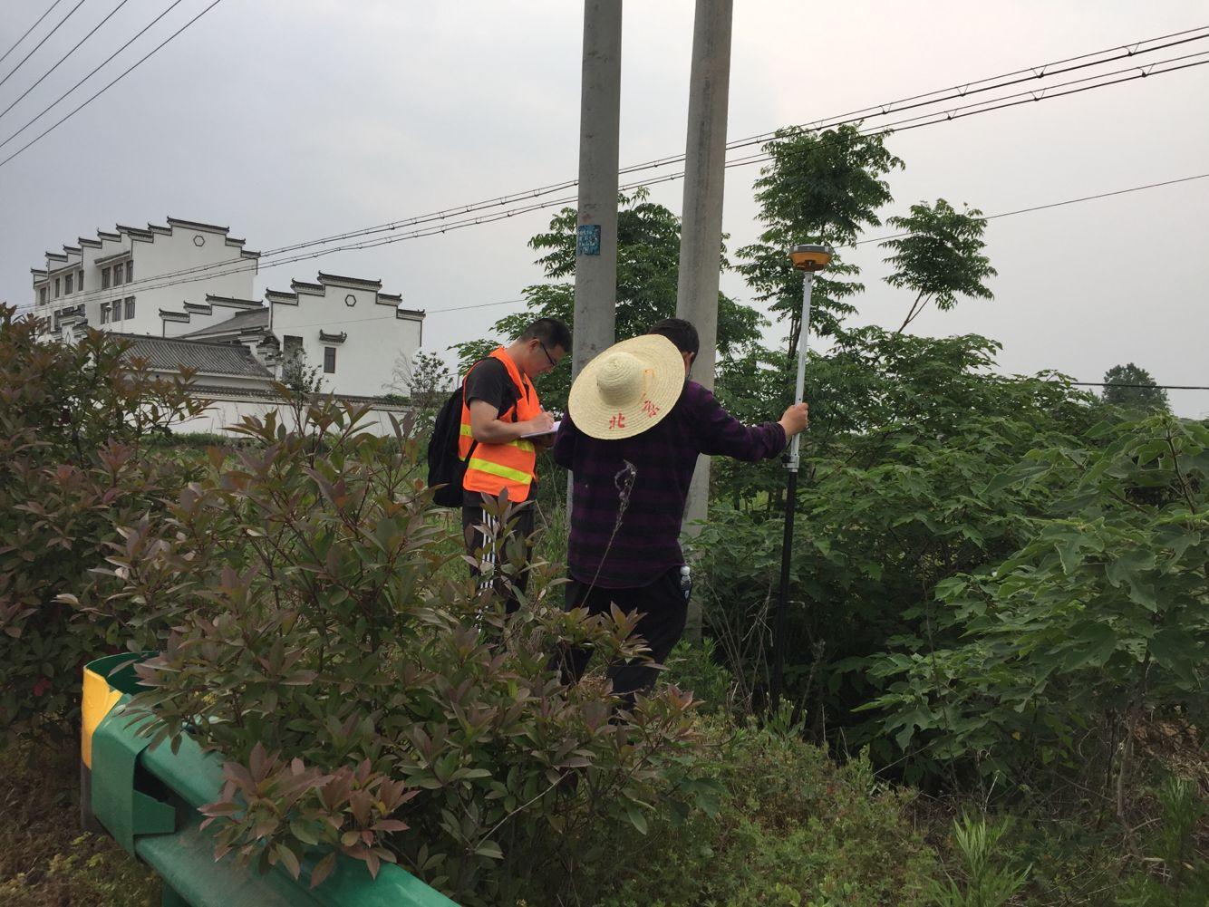 市政公路分院勘测人员在G345西延段施工图外...